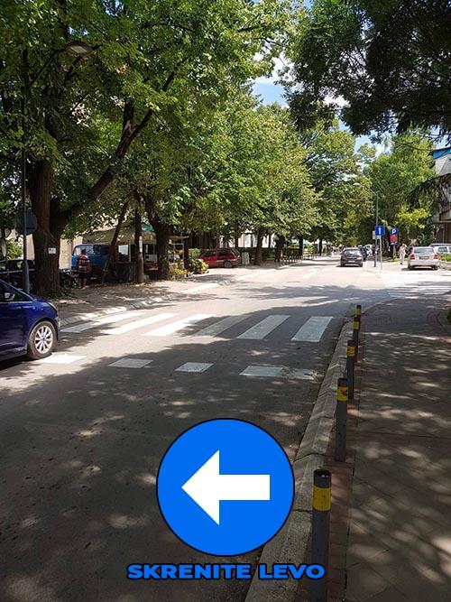 Na raskrsnici gde se seku ulice Alekse Markišića i Nemanjina skrećete LEVO preko trotoara