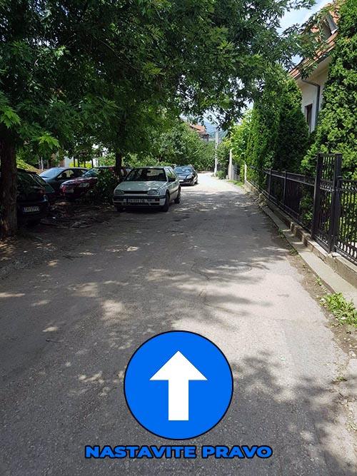 Kada uđete u Nemanjinu ulicu nastavljate pravo do drugog skretanja LEVO.